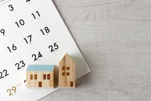 カレンダーと家型の小物