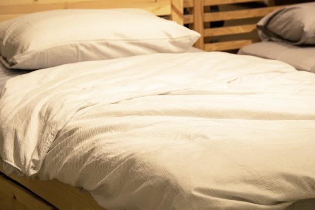 白いシーツがかけられたベッド