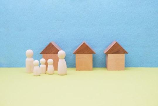 家の周りにいる家族の人形