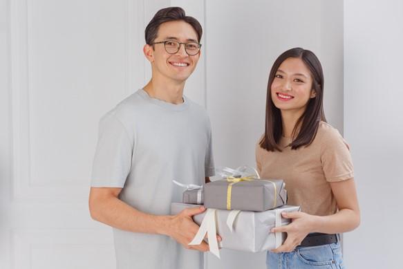 プレゼントを渡す男女