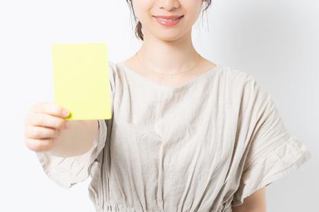 イエローカードをこちらに示している女性