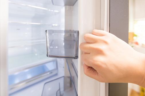 冷蔵庫を開けている様子