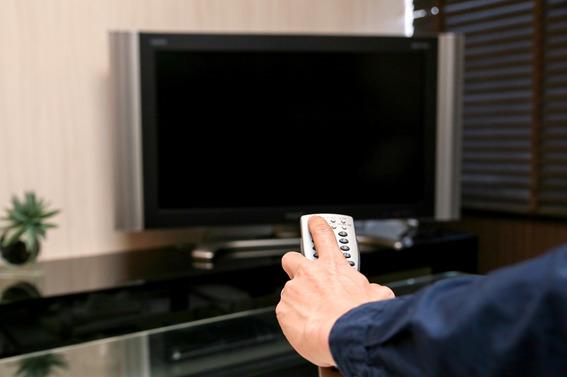 テレビにリモコンを向けている様子