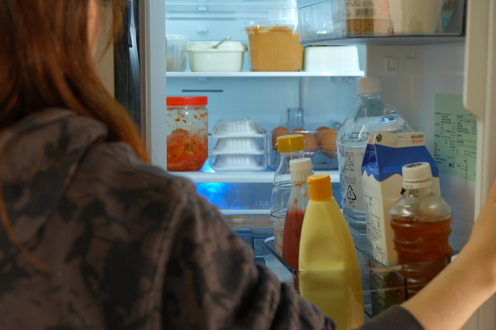 冷蔵庫を開いている様子