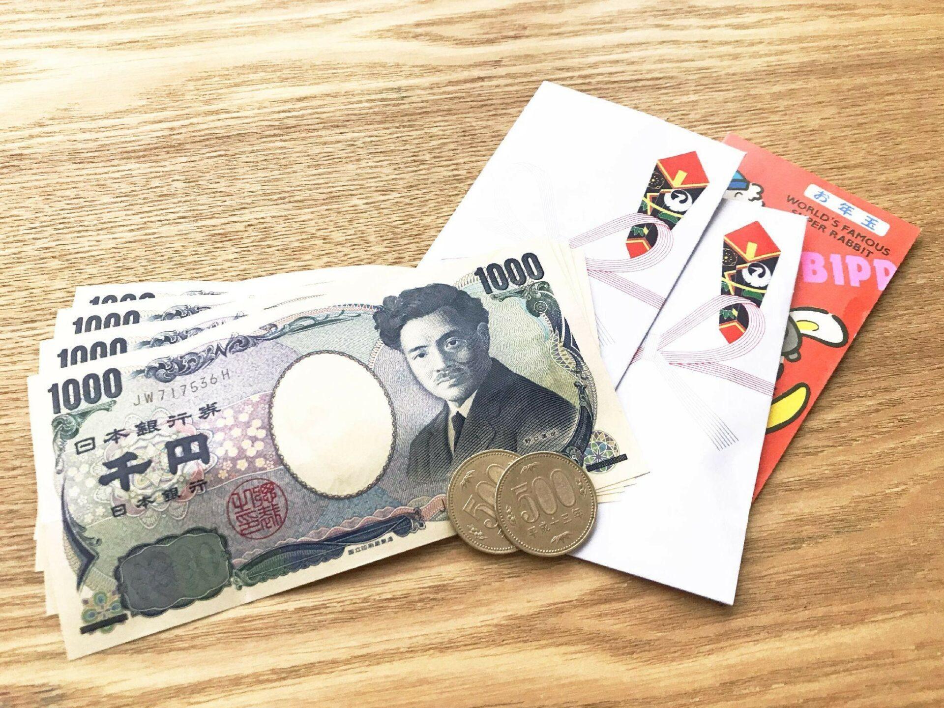 ポチ袋と紙幣、硬貨