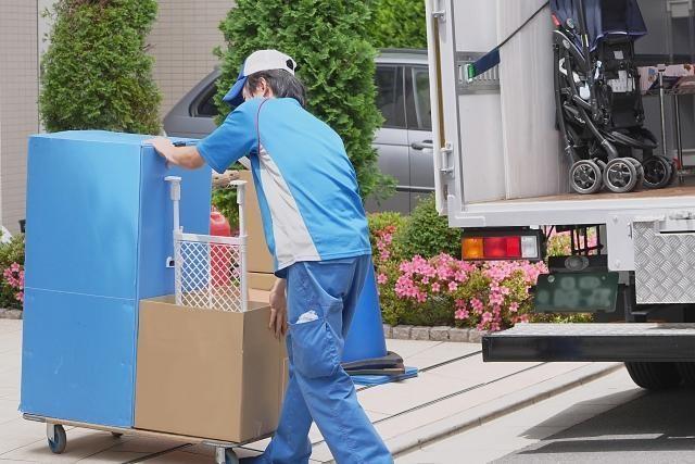 荷物を運んでいる引越し業者