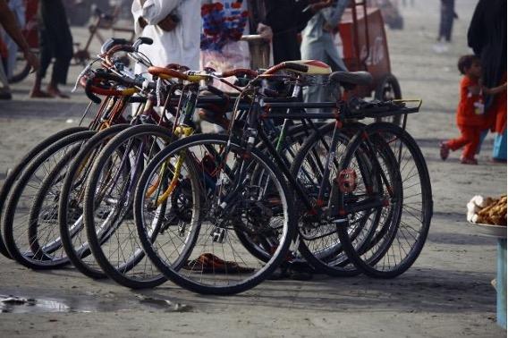 6台の自転車 未舗装の道路 ごみ