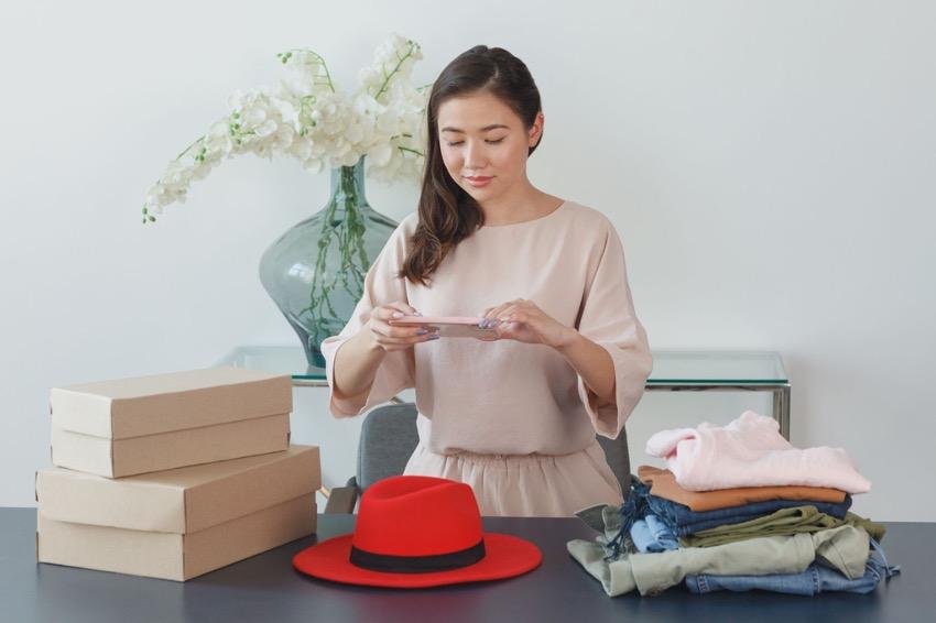 女性 赤い帽子 ダンボール