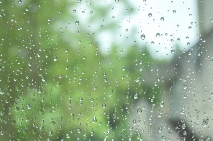 窓ガラス 雨