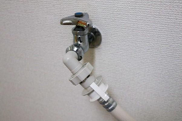 水道栓 白い壁