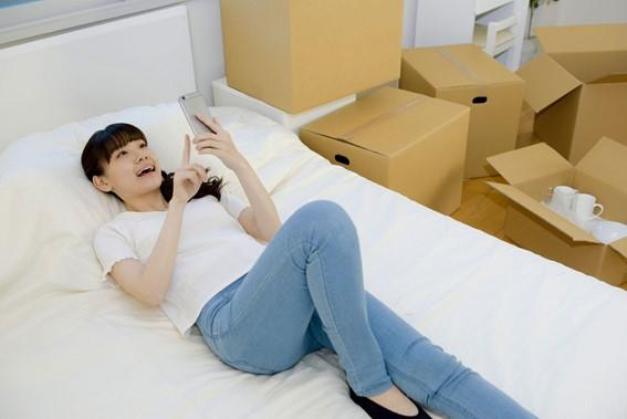 女性 スマホ ベッド